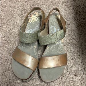 NWOT OTBT wedge Gold size 8